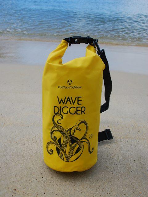 Mit diesem Drybag bist Du perfekt für einen Tag am Strand ausgerüstet.
