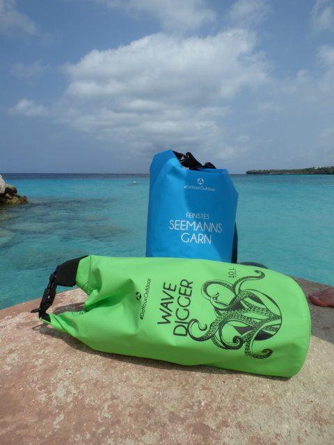 Einen Drybag als wasserdichten Beutel für Deinen nächsten Urlaub am Strand.